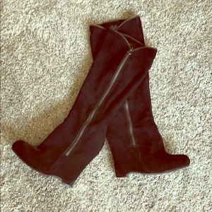 Wedged suede boots